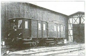 4.Wagon elektryczny nr 3 w lecie 1940 roku przy magazynie i szopie dla taboru kolejowego na stacji Wąbrzeźno Miasto